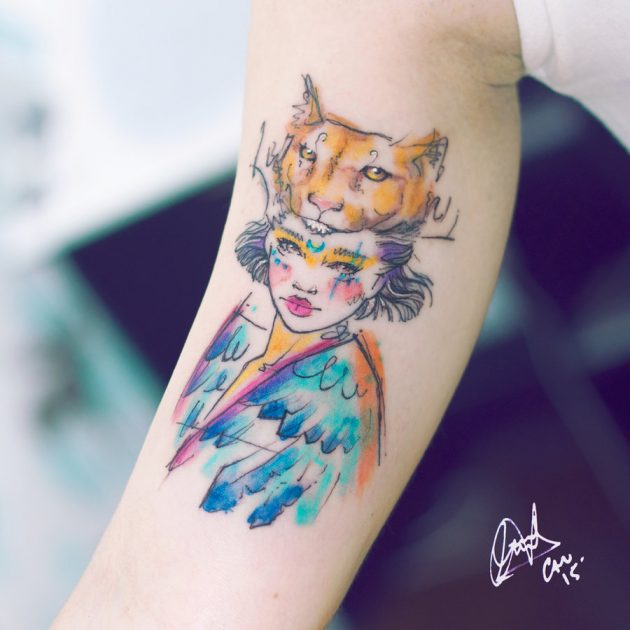 На фото: акварельная татуировка в виде девичьего лица и маски животного.