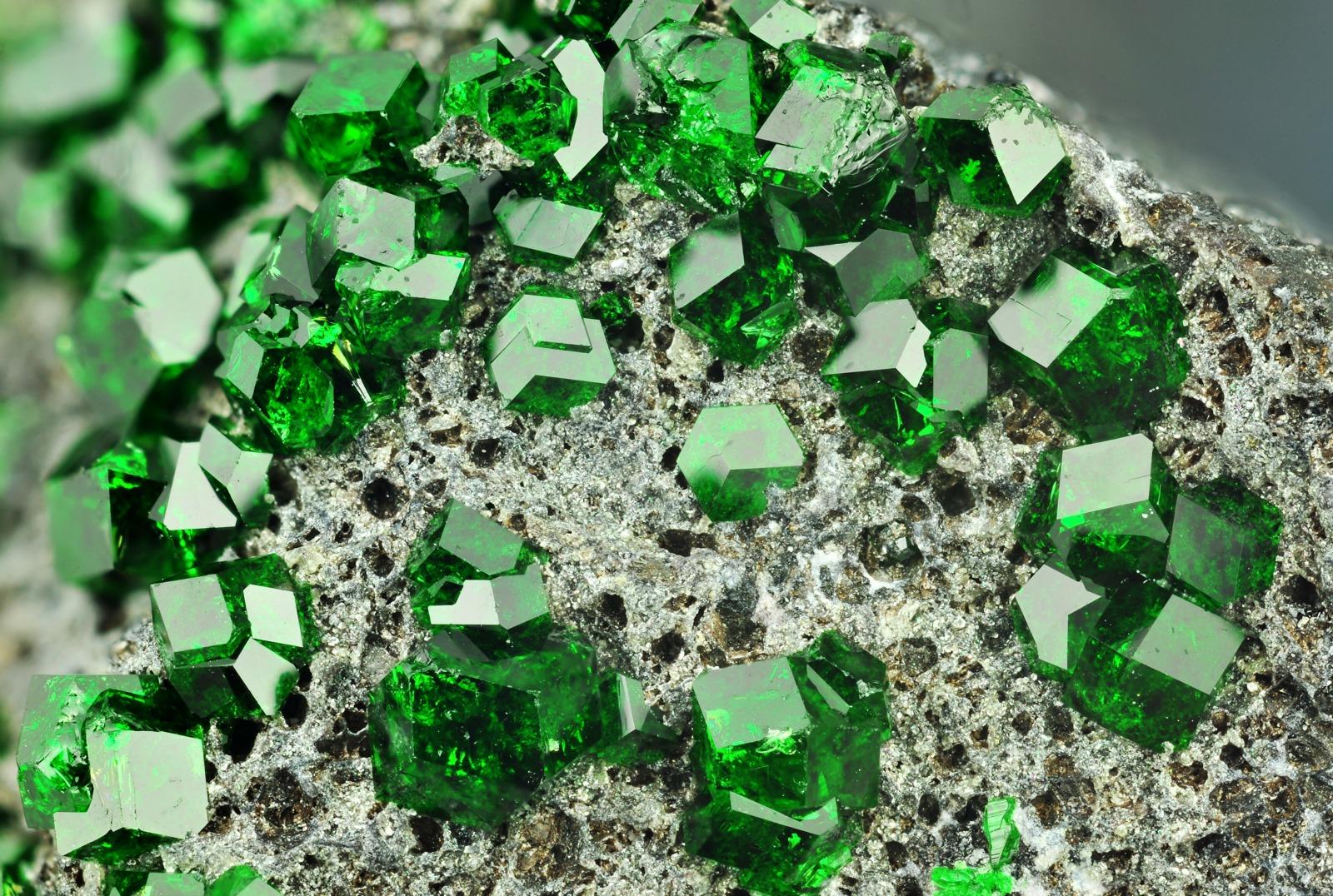 На фото: камни уваровит - уральский изумруд.
