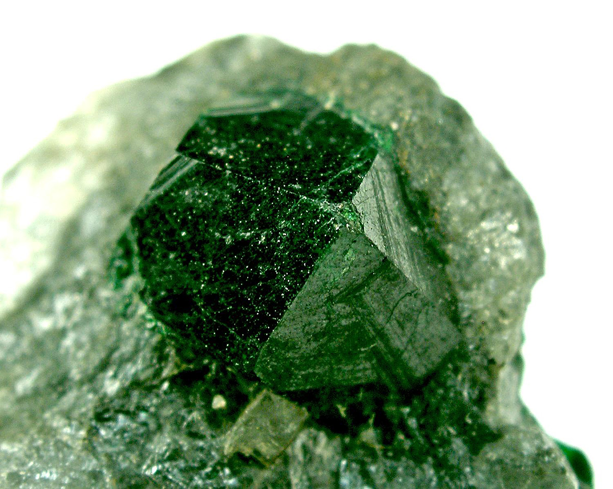 На фото: камень уваровит - уральский изумруд.
