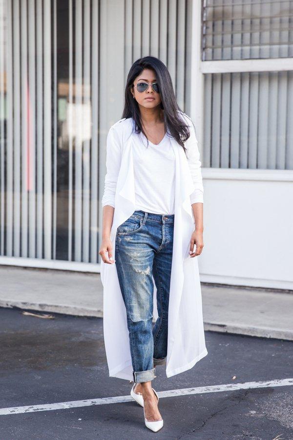 На фото: белая футболка гармонично смотрится с джинсами и кардиганом.