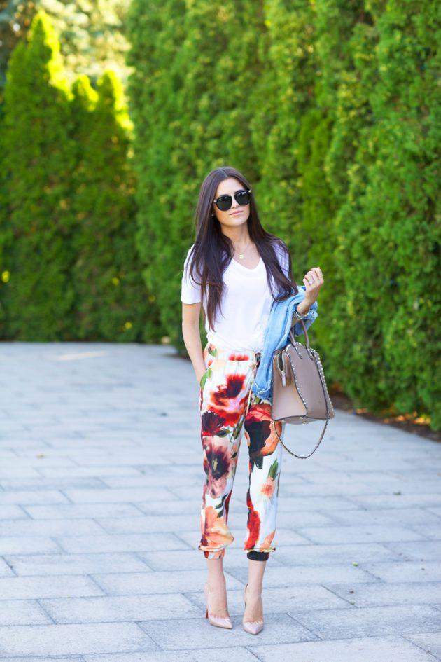 На фото: белая футболка смотрится гармонично с капри - брюками с цветочным принтом.