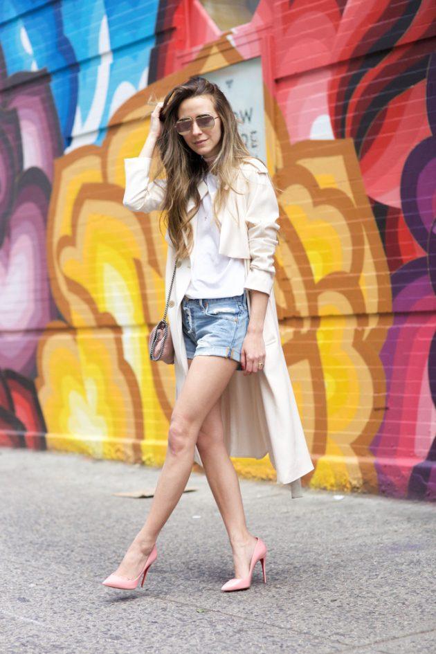 На фото: белая футболка гармонично смотрится с шортами и светлым плаще