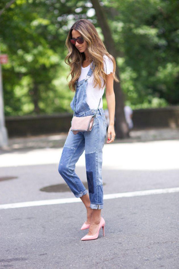 На фото: белая футболка гармонично смотрится с джинсовым коомбинезоном.