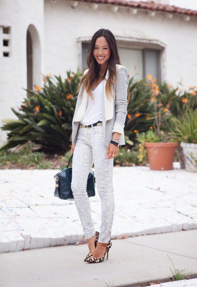 На фото: белая футболка гармонично смотрится с белыми брюками.