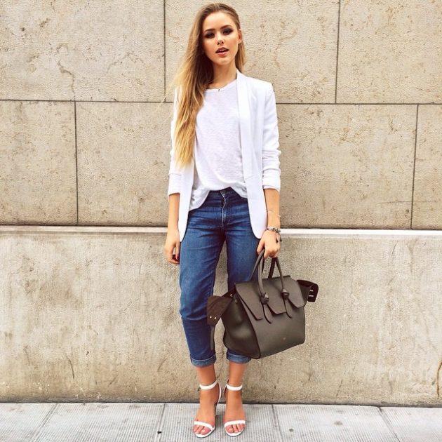 На фото: белая футболка гармонично смотрится с джинсами.