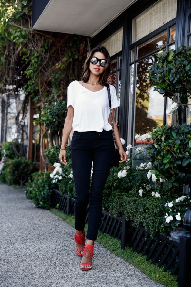 На фото: белая футболка с брюками.