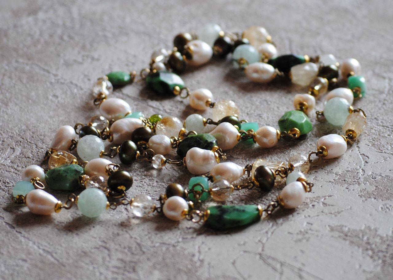 На фото: ювелирные изделия - бусы из камня зеленый опал.