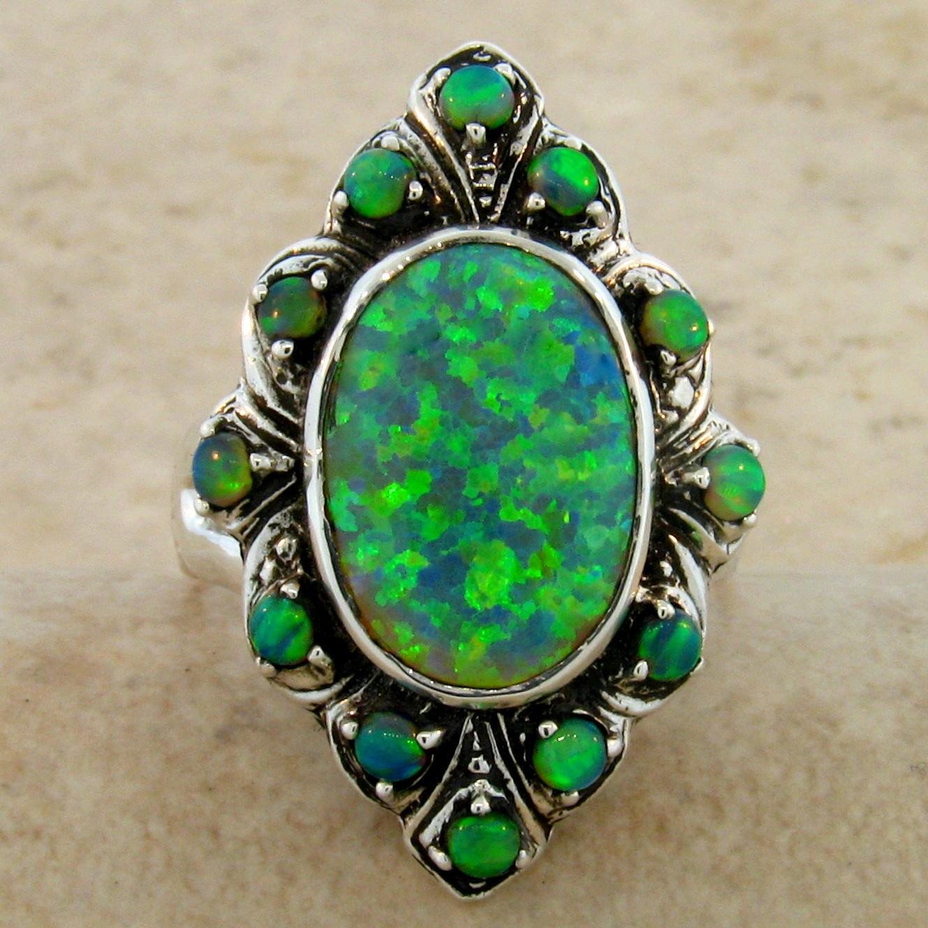 На фото: ювелирные изделия из камня зеленый опал.