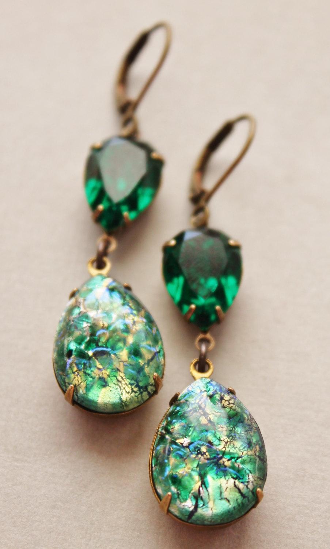 На фото: ювелирные изделия - серьги из камня зеленый опал.