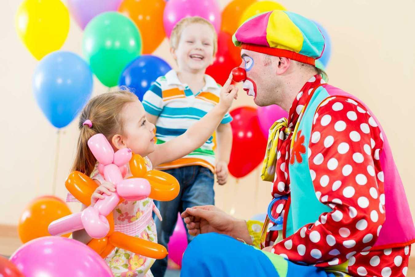 На фото: празднование детского дня рождения с аниматорами.