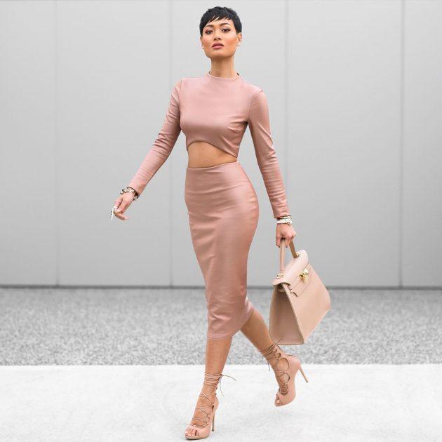 На фото: розовая юбка с принтом с модным коротким топом.