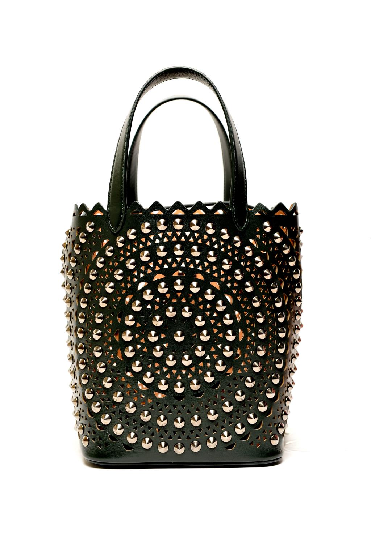 Большие сумки: модные тренды - сумка с перфорацией с заклепками из коллекции Alaïa.