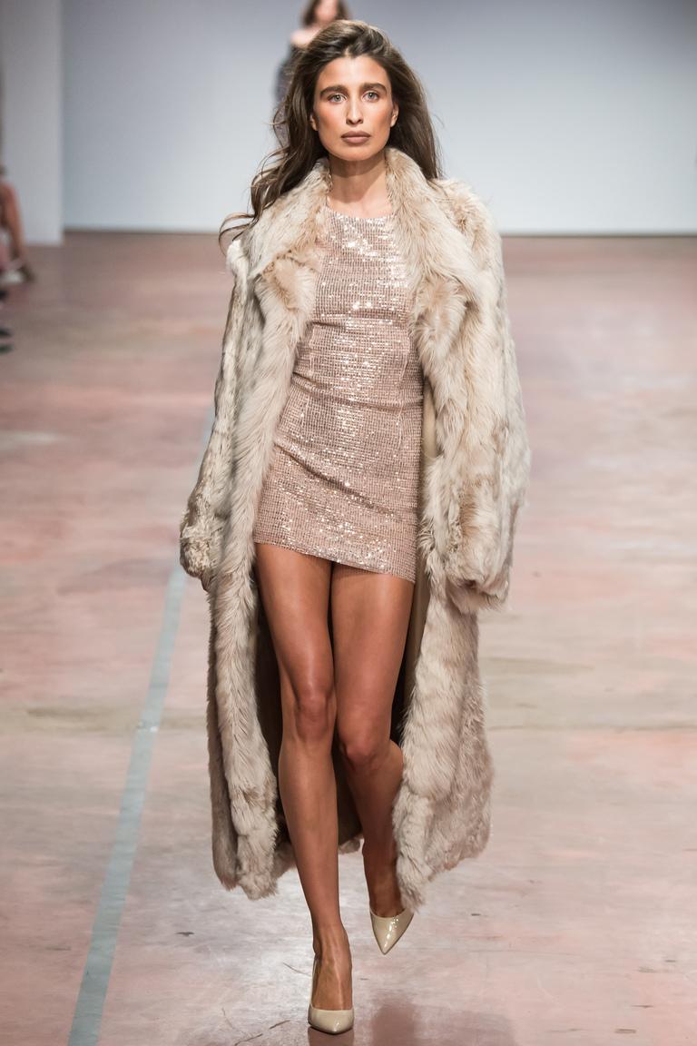 На фото: плащ от дизайнера одежды Александр Терехов осень-зима 2016-2017