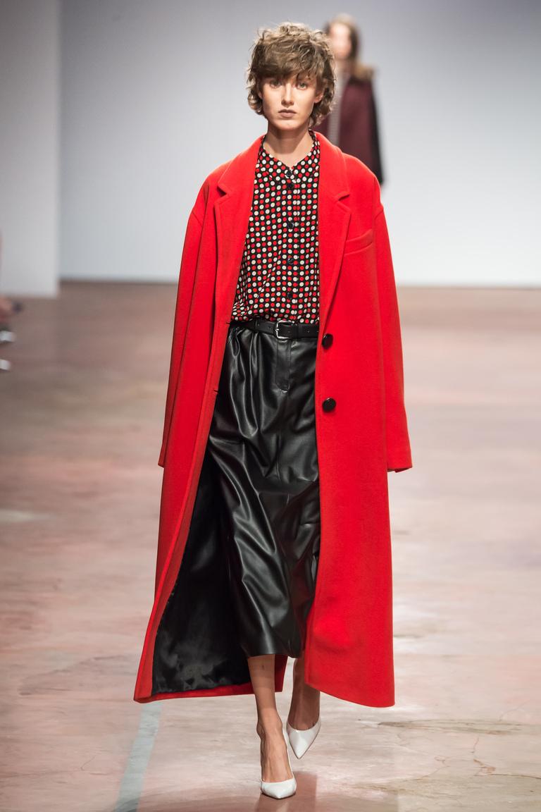 На фото: удлиненный красный плащ от дизайнера одежды Александр Терехов осень-зима 2016-2017