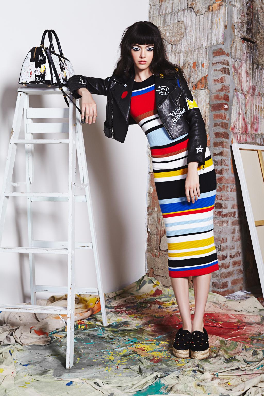 На фото: платье в разноцветную полску тренд лета из коллекции Alice + Olivia.