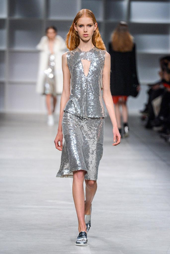 На фото: юбочный костюм, полностью украшенный серебристыми пайетками - главный тренд сезона от Aquilano.Rimondi.