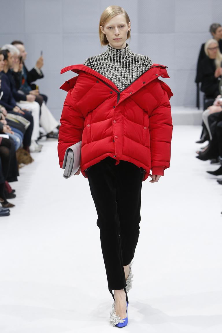 Модная одежда сезона зима 2017 - пуховая куртка , фото обзор из коллекции Balenciaga.