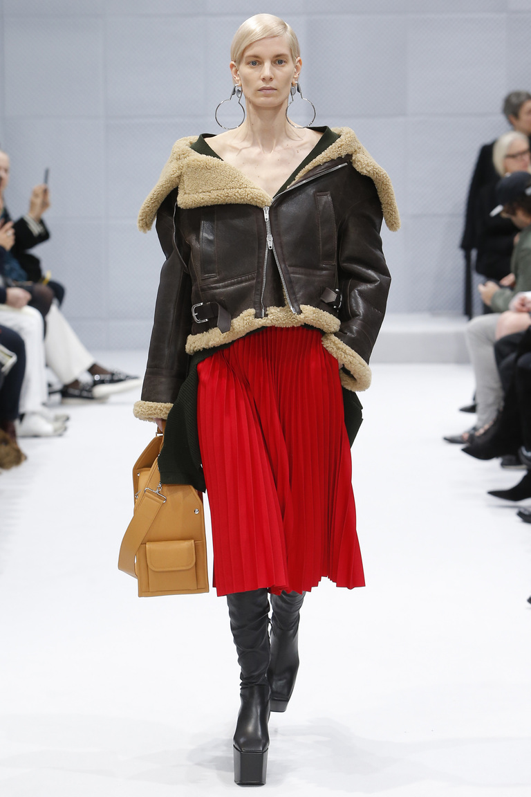 Модная одежда сезона зима 2017 - короткая дубленка с меховым воротником , фото обзор из коллекции Balenciaga.