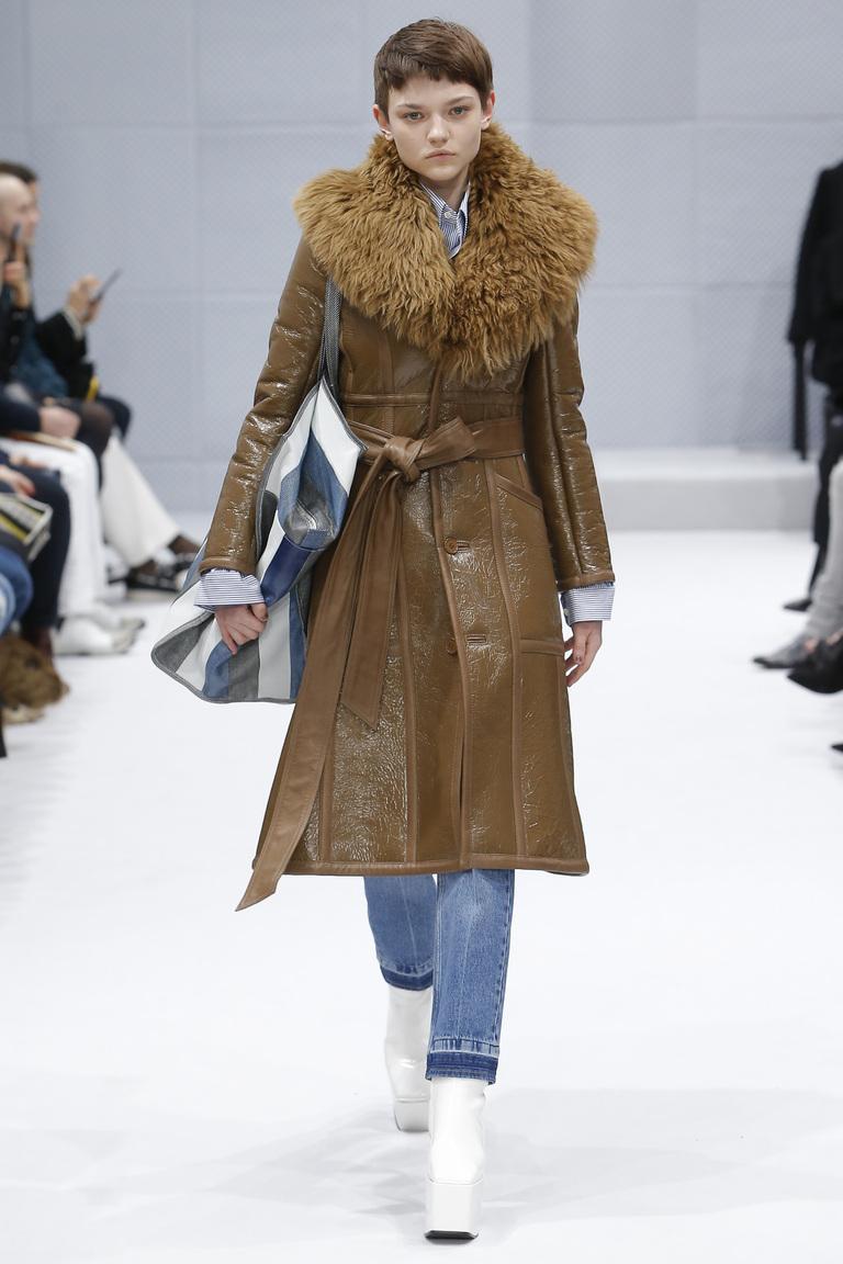 Модная одежда сезона зима 2017 - дубленка с меховым воротником , фото обзор из коллекции Balenciaga.