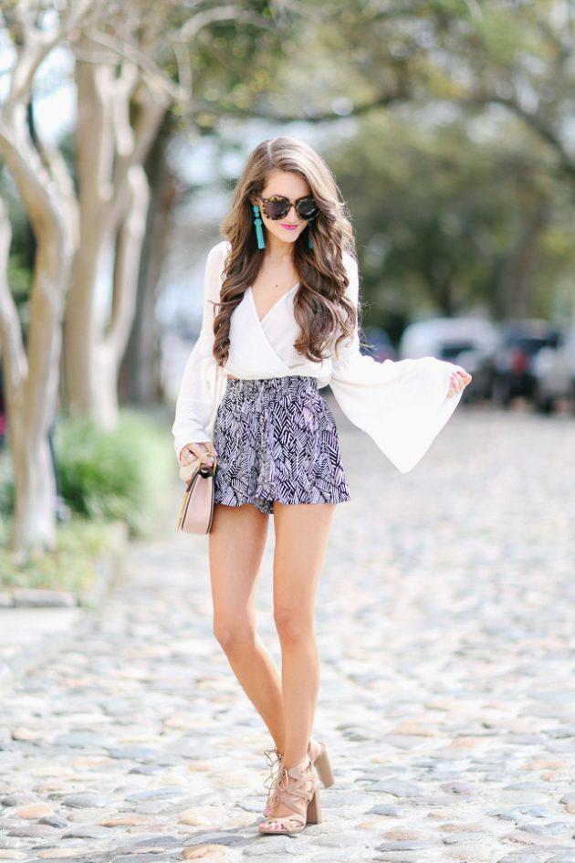На фото: цветные шорты в сочетании с белой блузой.
