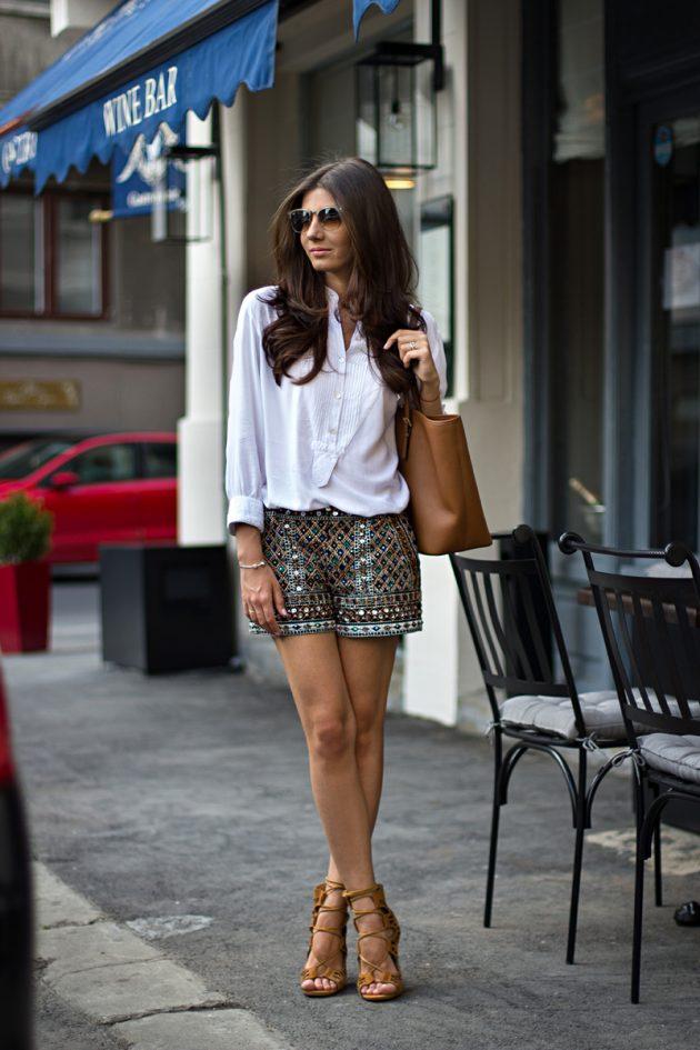 На фото: шорты в полоску в сочетании с белой блузой.