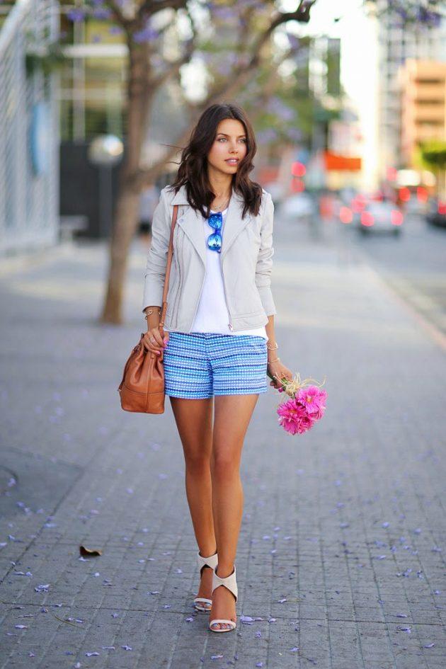 На фото: голубые шорты в сочетании с белой блузой.