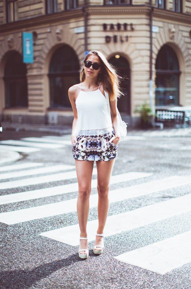 На фото: цветные шорты в сочетании с белой топом.