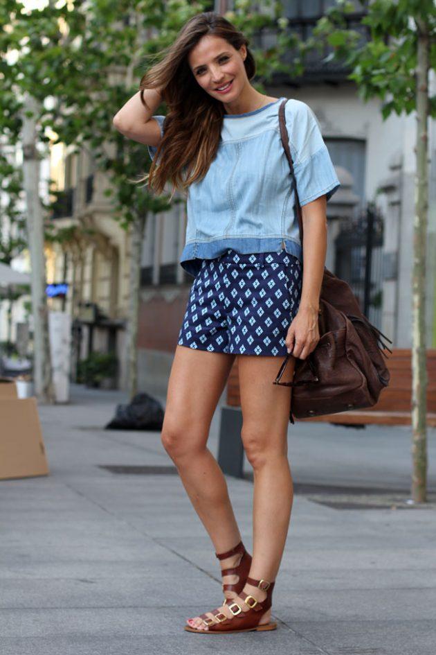На фото: шорты с принтом в сочетании с голубой блузой.