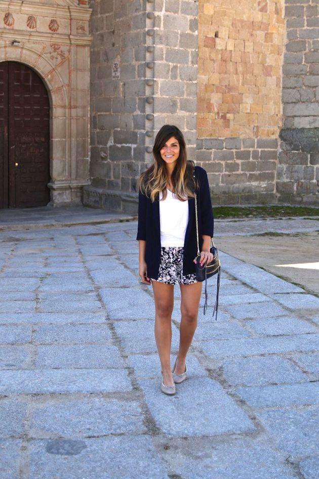На фото: шорты с принтом в сочетании с белой блузой и черным пиджаком.