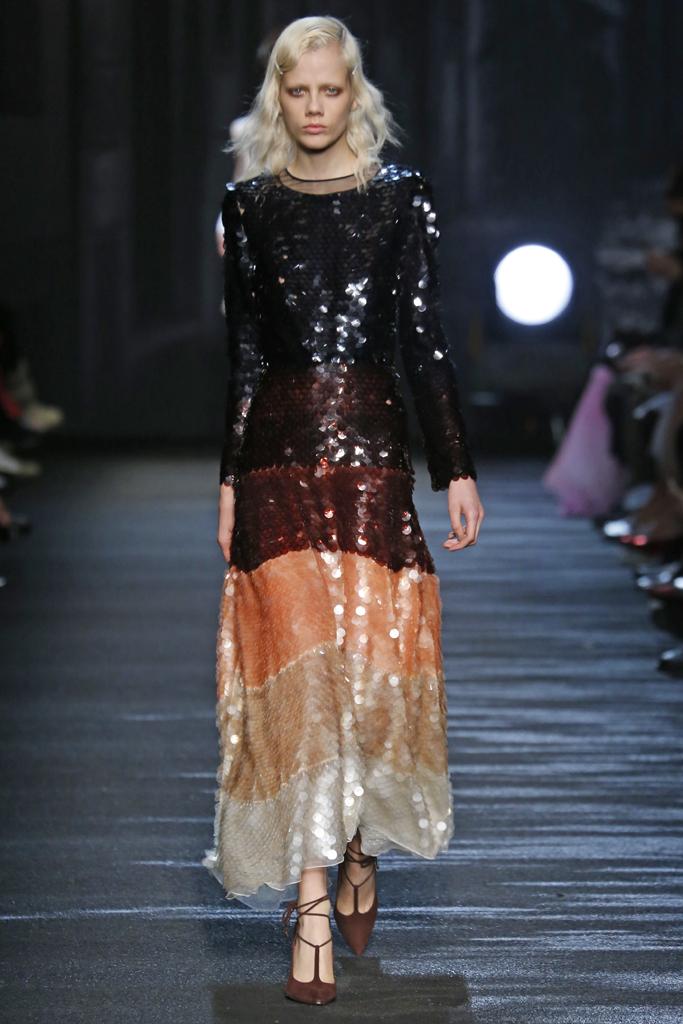 На фото: платье макси с крупными блёстками - главный тренд сезона Blumarine.