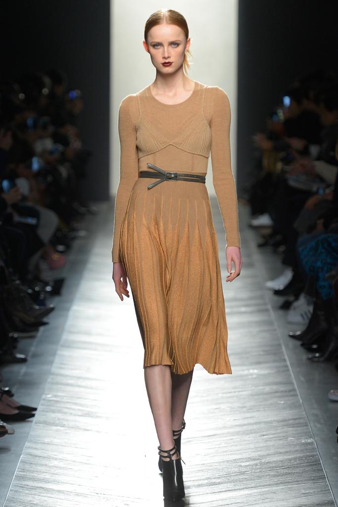 Люрекс-мода – трендовая новинка из Милана - люрексовое платье песочного цвета фото из коллекции Bottega Veneta.