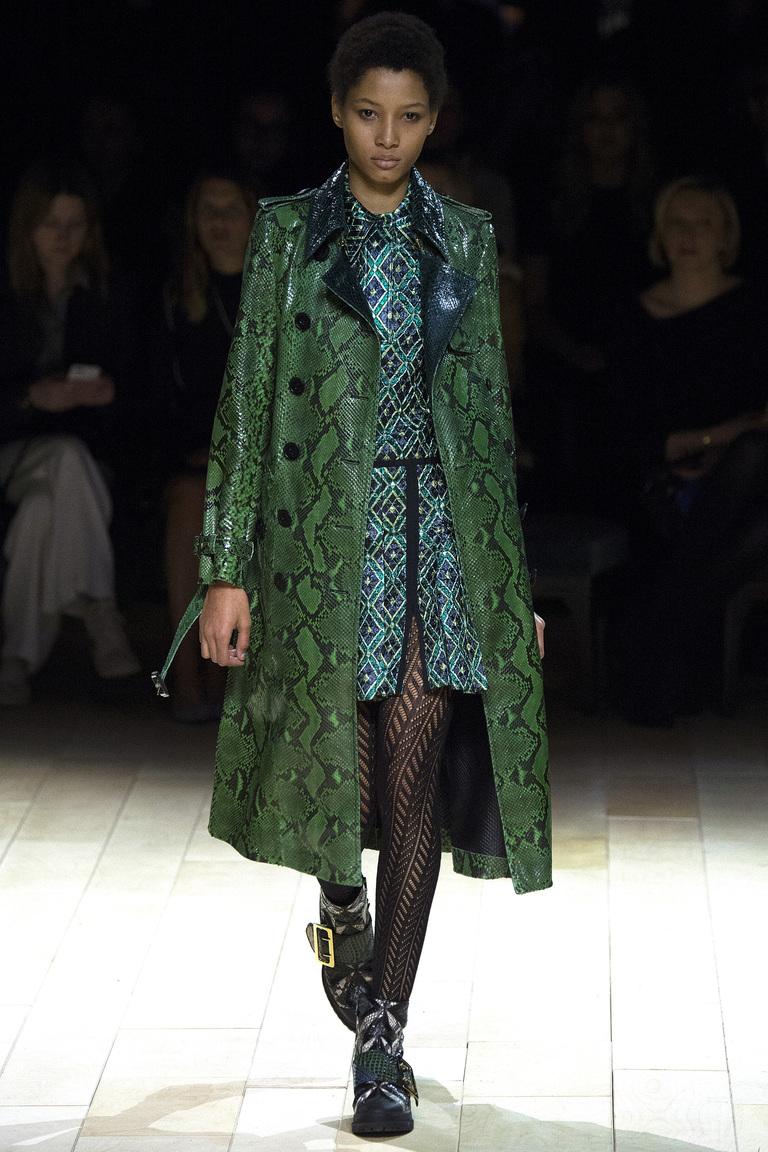 Модная одежда сезона зима 2017 - пальто , фото обзор из коллекции Burberry .