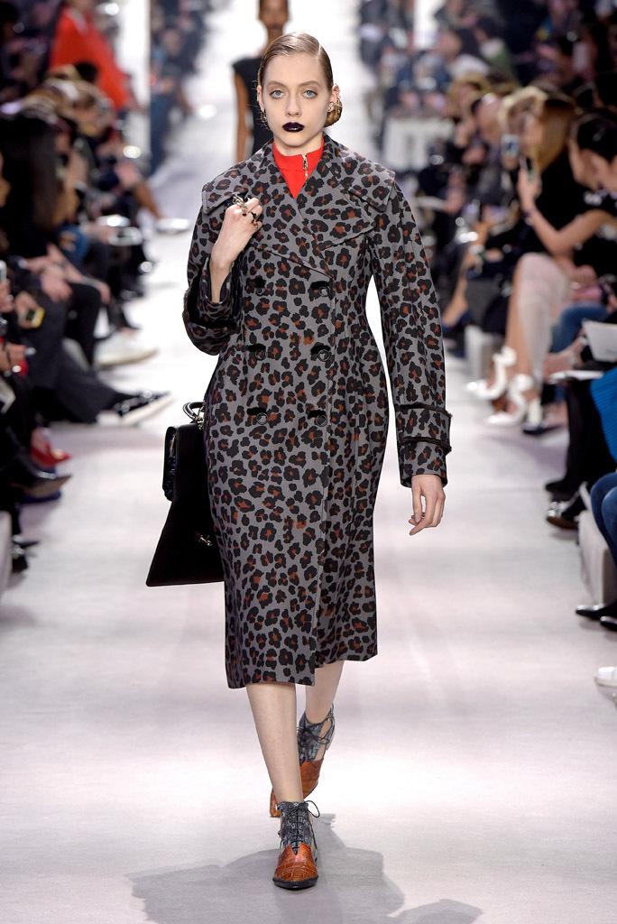 На фото: пальто с леопардовым принтом из коллекции Christian Dior.