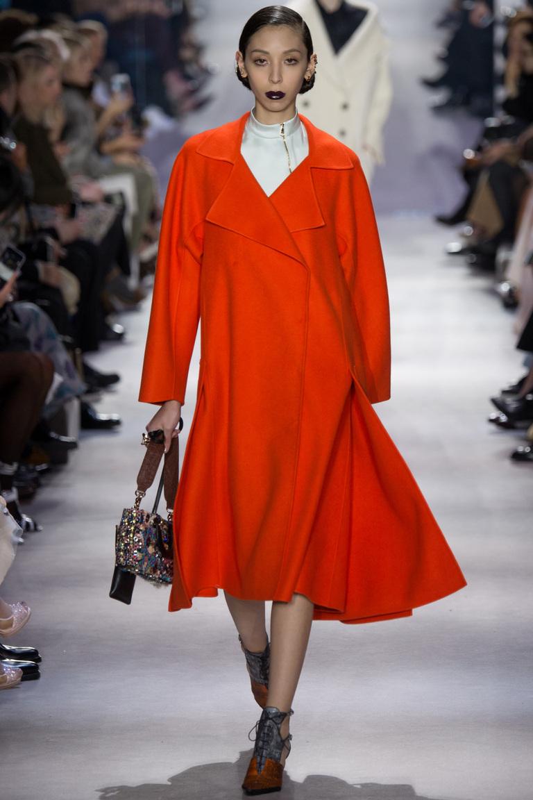 Модная одежда сезона зима 2017 - красное пальто с меховым воротником , фото обзор из коллекции Christian-Dior.