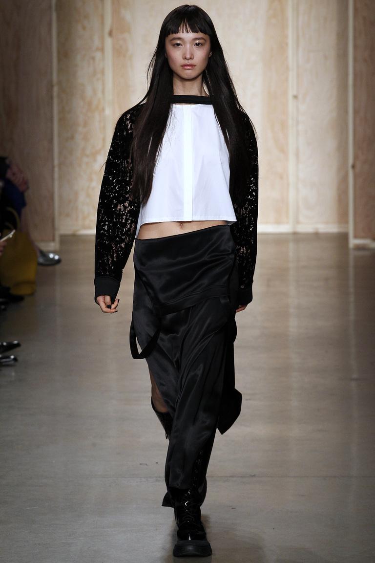 Модная одежда сезона зима 2017 - черная кофта, фото обзор из коллекции DKNY.