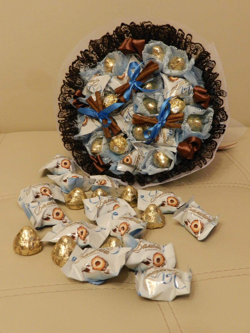На фото: букет из конфет с корицей своими руками