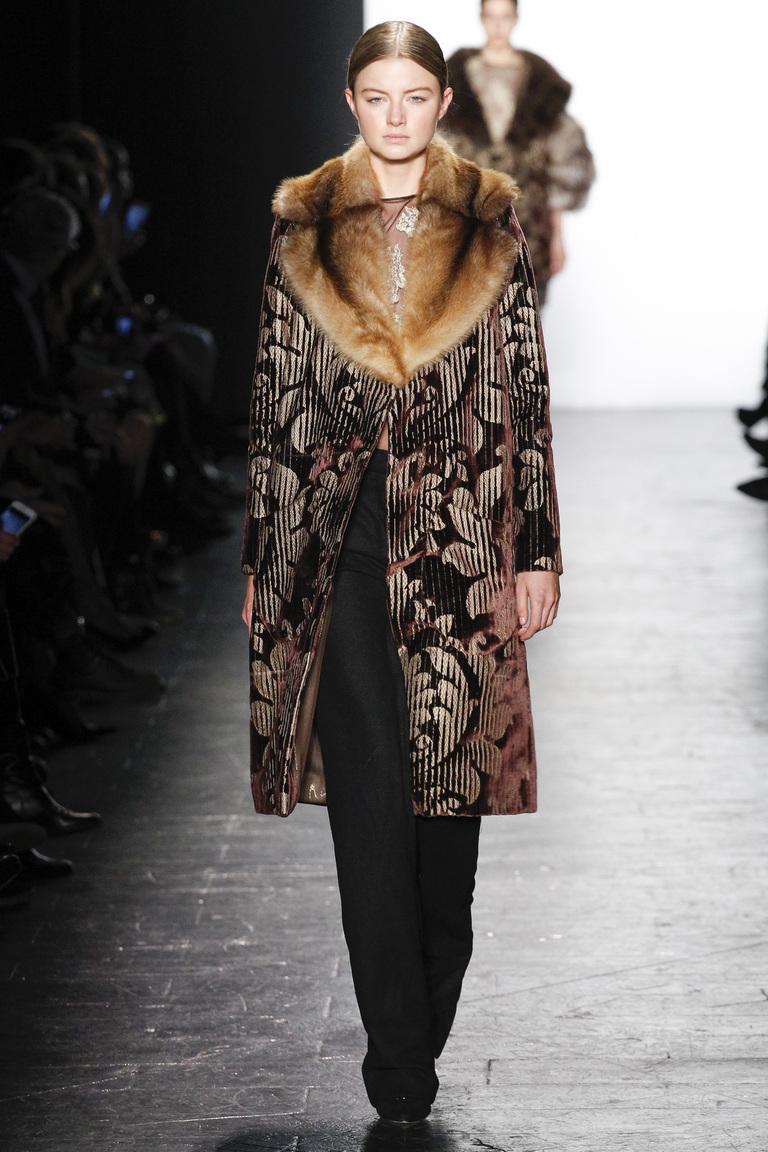 Модная одежда сезона зима 2017 - дубленкас меховым воротником , фото обзор из коллекции Dennis-Basso.
