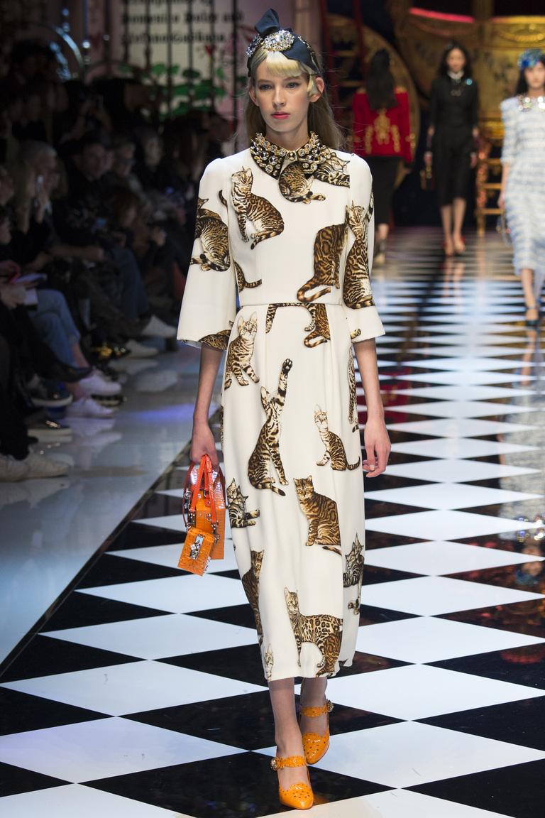 Модная одежда сезона зима 2017 - платье, фото обзор из коллекции Dolce & Gabbana.
