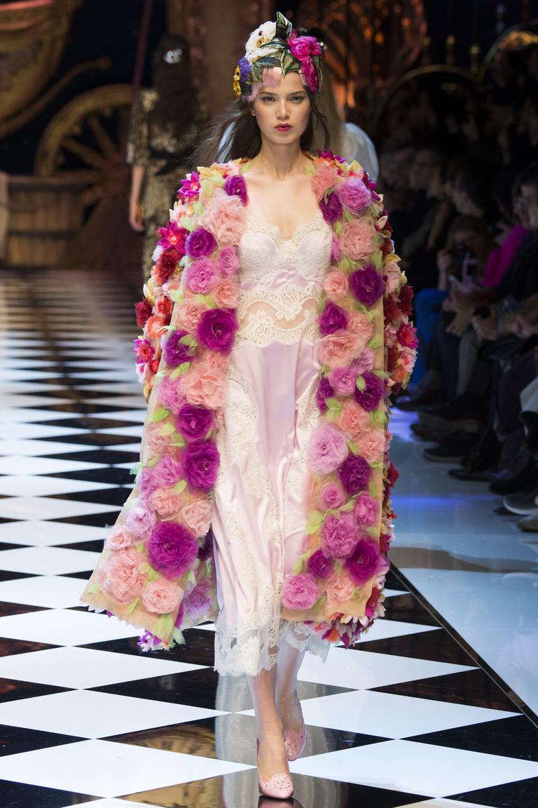 Модная одежда сезона зима 2017 - разноцветная шуба, фото обзор из коллекции Dolce & Gabbana.