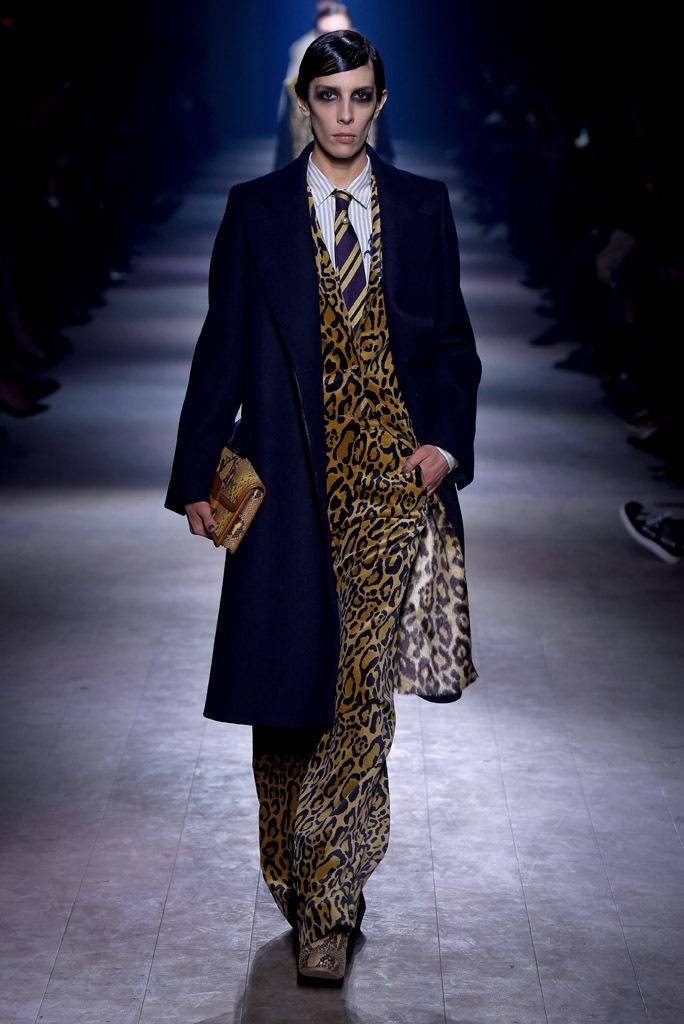 На фото: брючный костюм - тренд леопардового принта из коллекции Dries Van Noten.