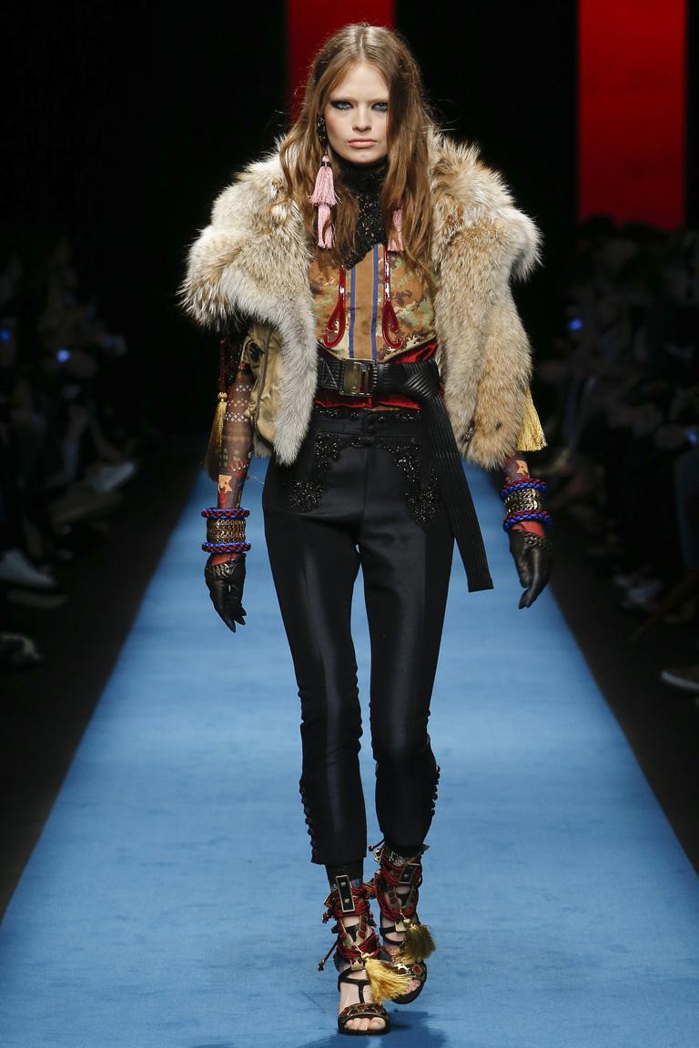 Модная одежда сезона зима 2017 - укороченная куртка с мехом и с сапогами, фото обзор из коллекции Dsquared².