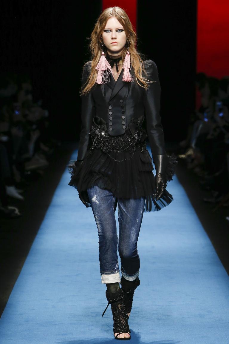Модная одежда сезона зима 2017 - теплая куртка с черными сапогами, фото обзор из коллекции BOSS Hugo Boss.
