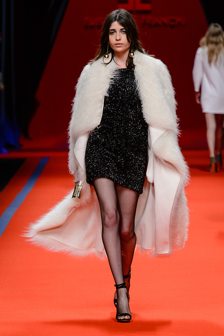 Модная одежда сезона зима 2017 - меховое пальто, фото обзор из коллекции Elisabetta Franchi.