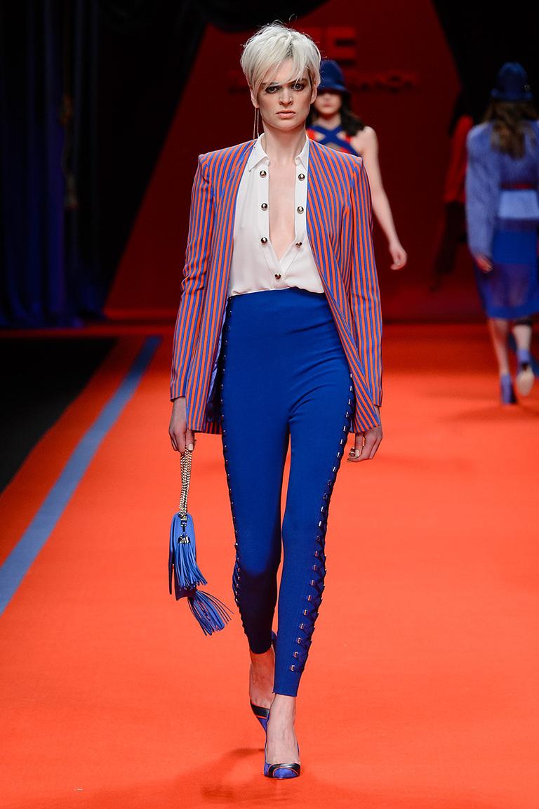 Модная одежда сезона зима 2017 - жакет с брюками ярко-синего цвета, фото обзор из коллекции Elisabetta Franchi.