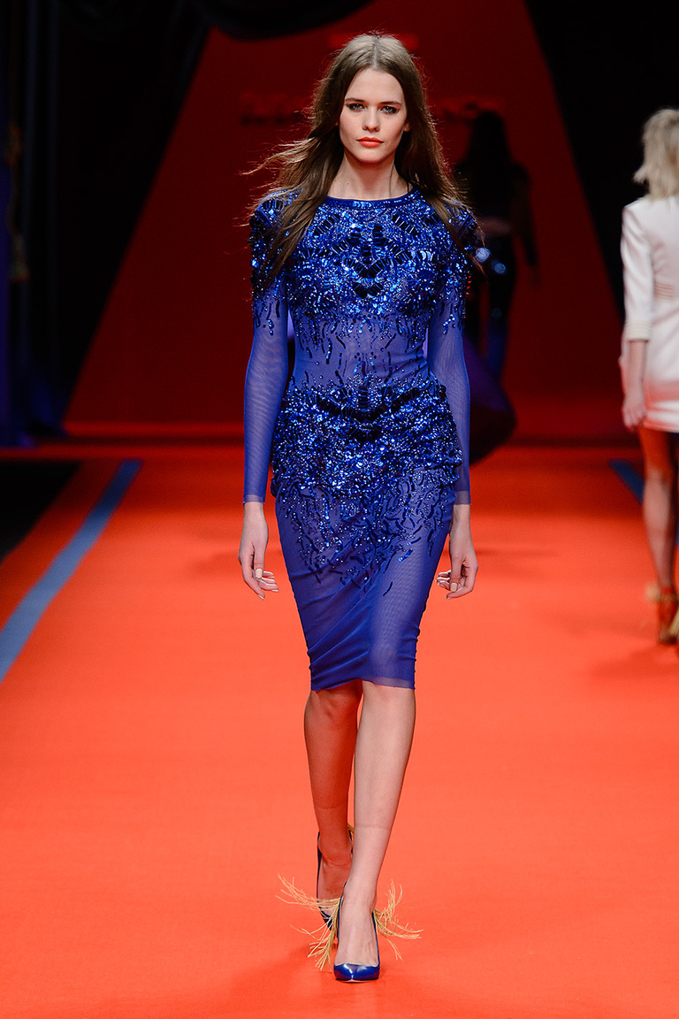 Модная одежда сезона зима 2017 - платье ярко-синего цвета, фото обзор из коллекции Elisabetta Franchi.