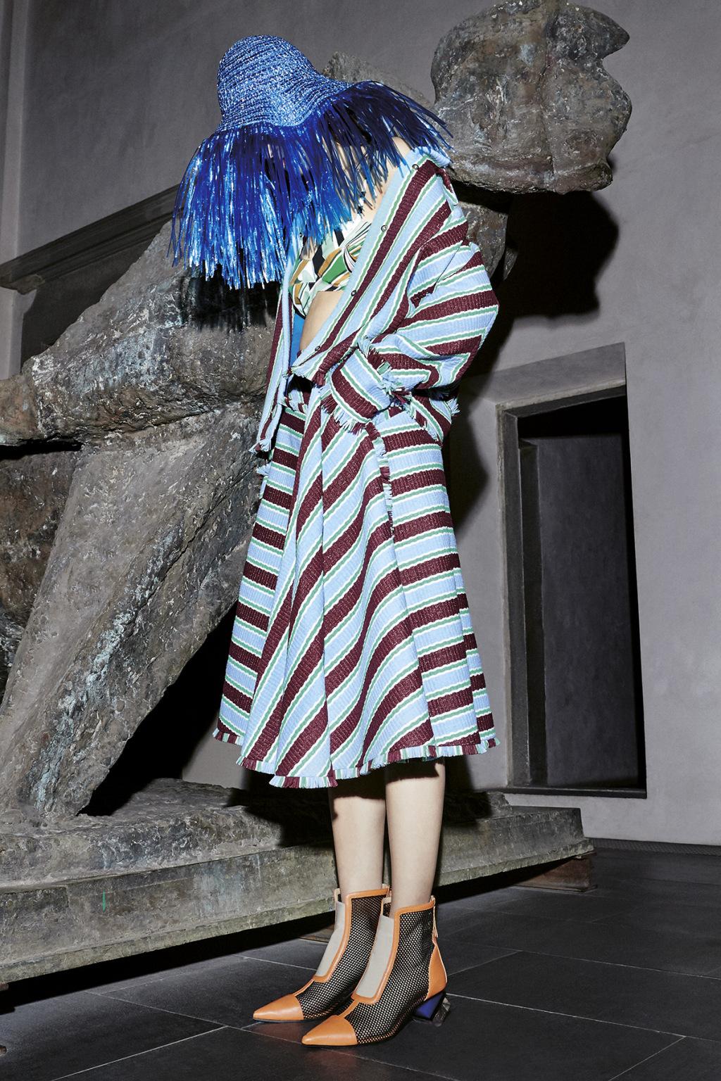 На фото: платье в разноцветную полску тренд лета из коллекции Emilio Pucci.