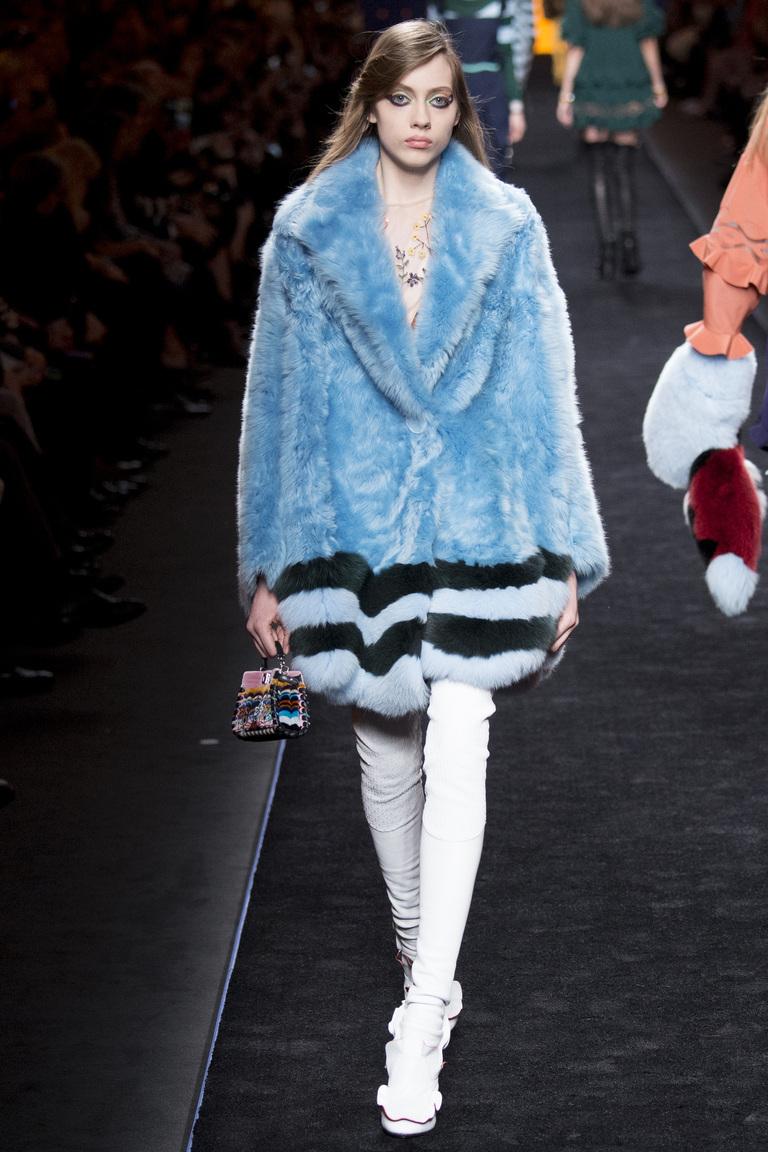 Модная одежда сезона зима 2017 - голубая шуба, фото обзор из коллекции Fendi.