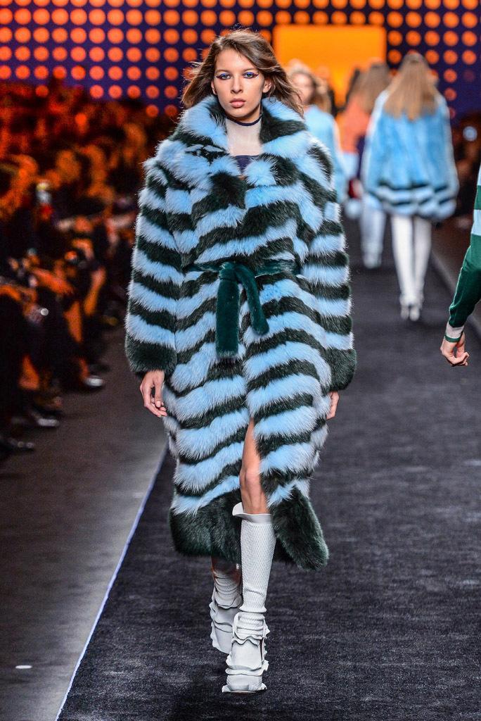 На фото: чёрно-голубая шуба в горизонтальную полоску - новый тренд осени и зимы из коллекции Fendi.