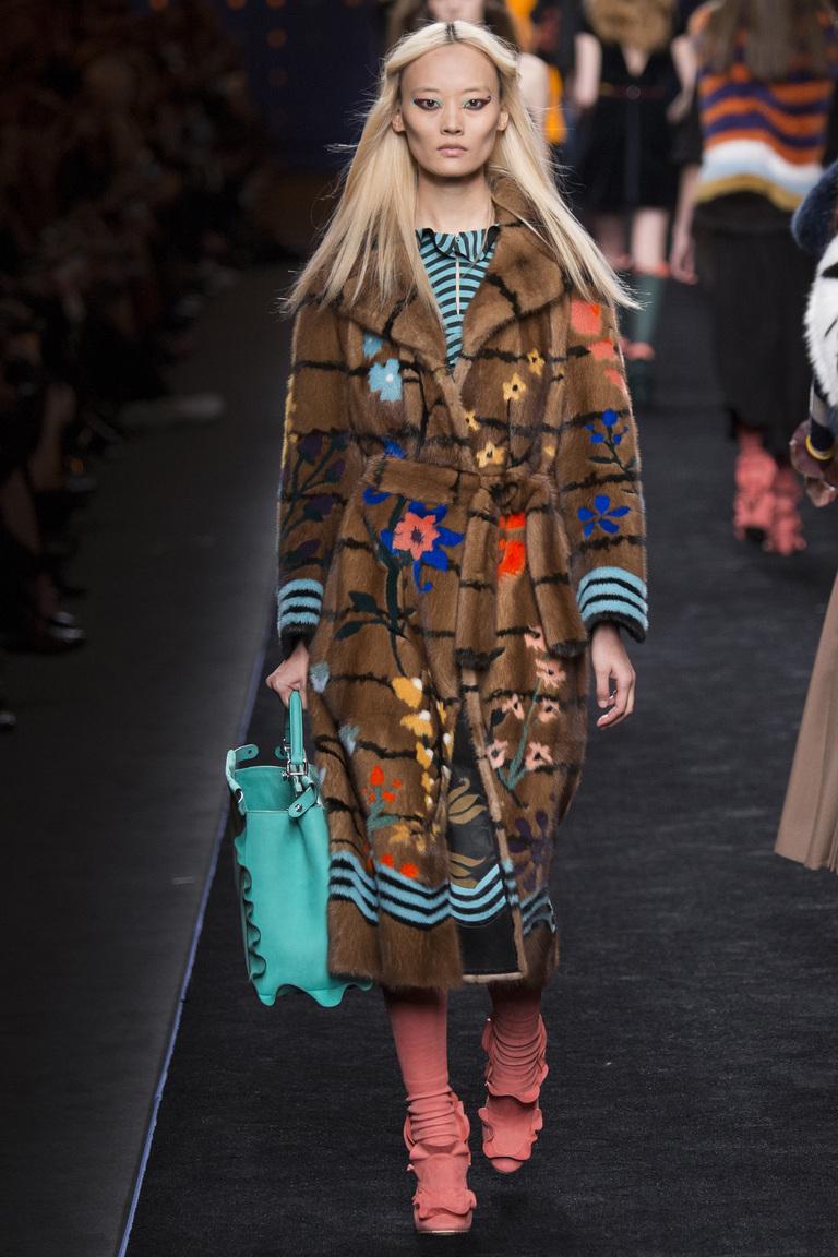 Модная одежда сезона зима 2017 - пальто, фото обзор из коллекции Fendi.