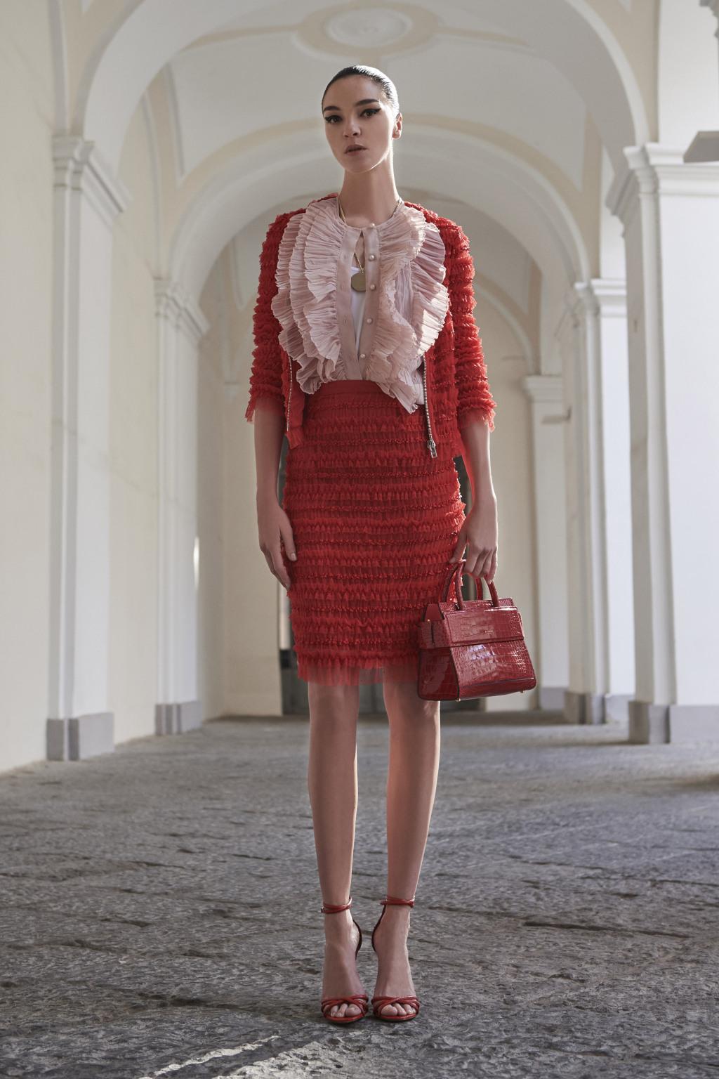 На фото: воланы на платье – модные тенденции этого сезона фото из коллекции Givenchy.